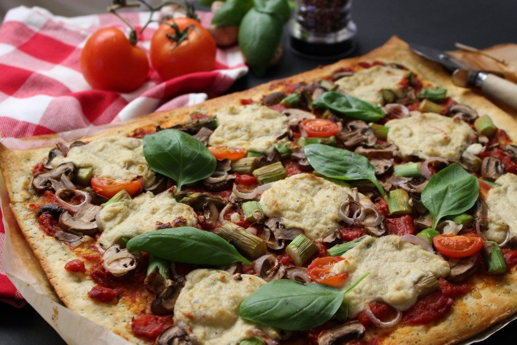 """Pizza com """"queijo"""" vegan"""