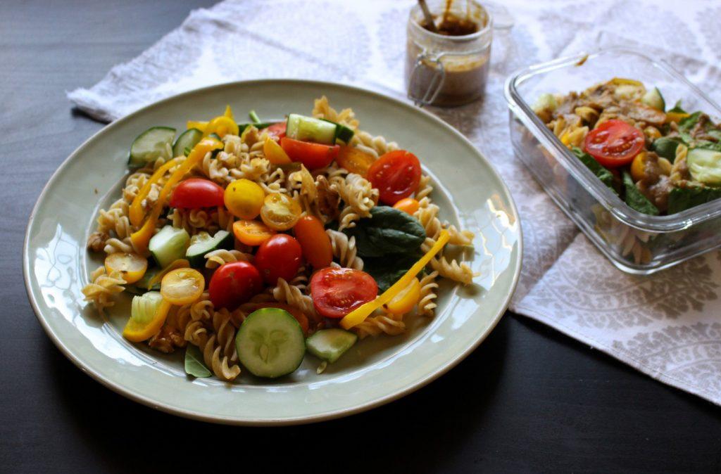 Salada de massa fria e espinafres com molho de tahini