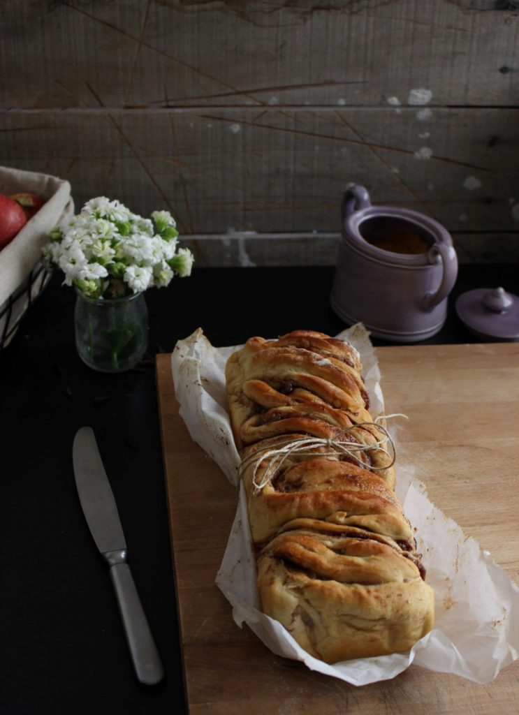 Pão entrançado de maçã e canela