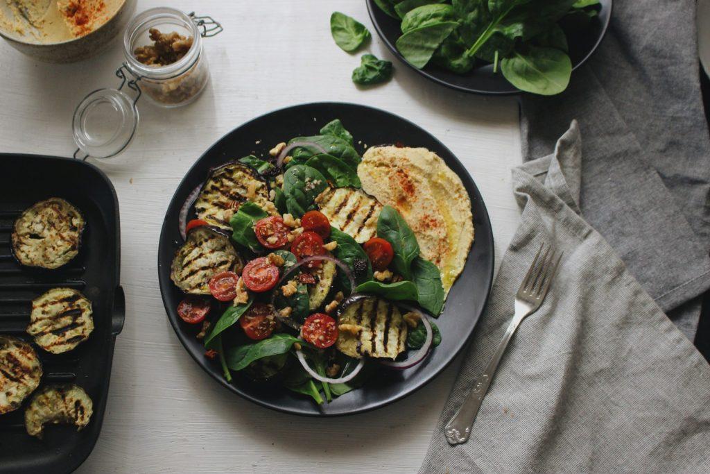 Salada de beringela e espinafres
