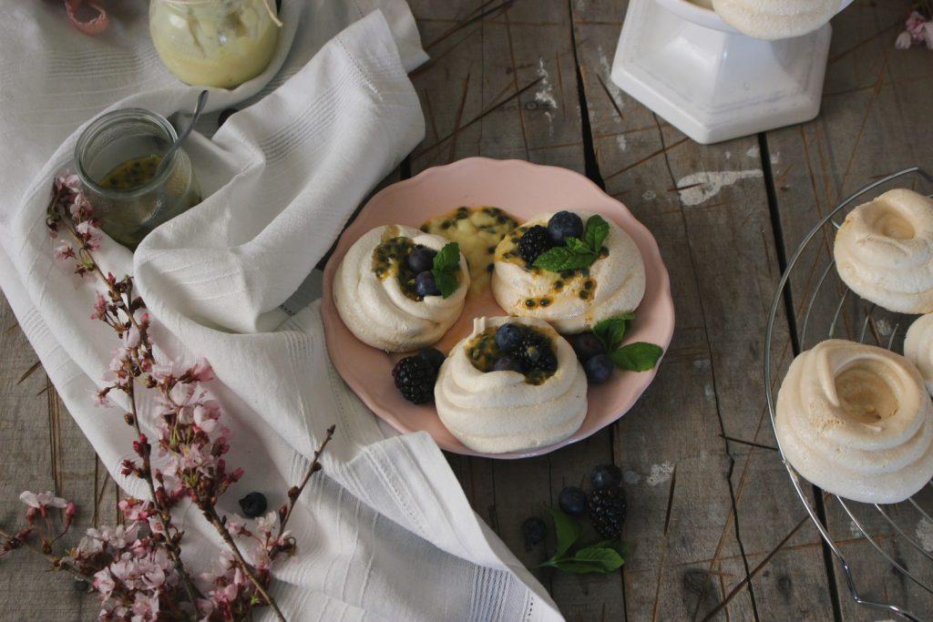 Ninhos de merengue com limão e maracujá