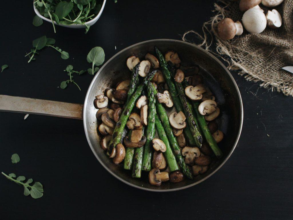 Omeletes de grão - recheadas com cogumelos e espargos (vegan)