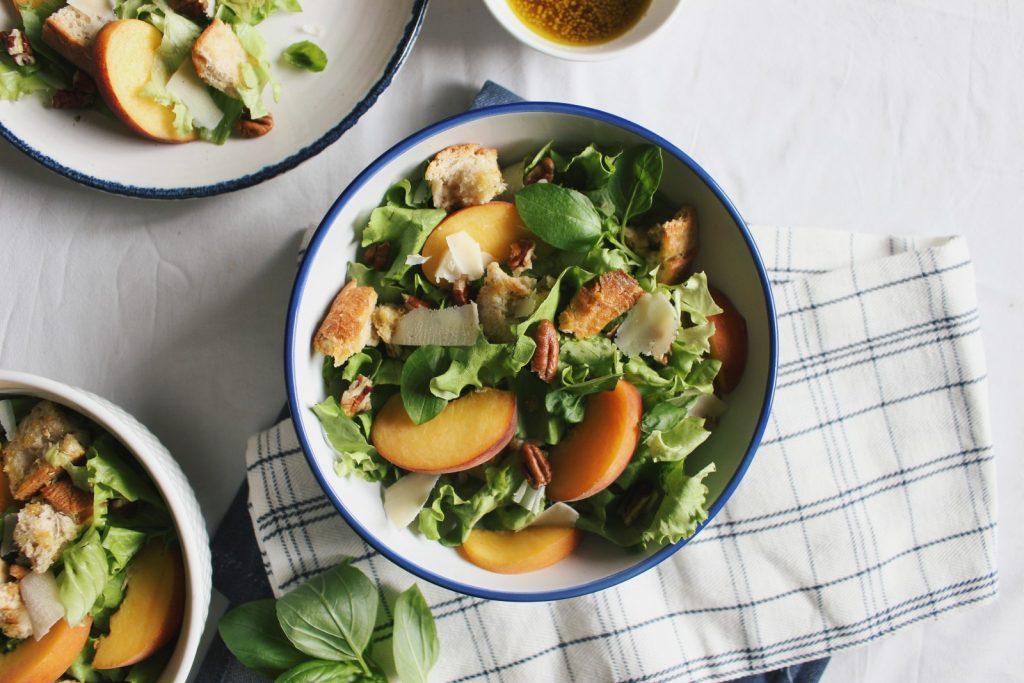 """Salada de verão - com pêssego e molho de """"mel"""" e mostarda"""