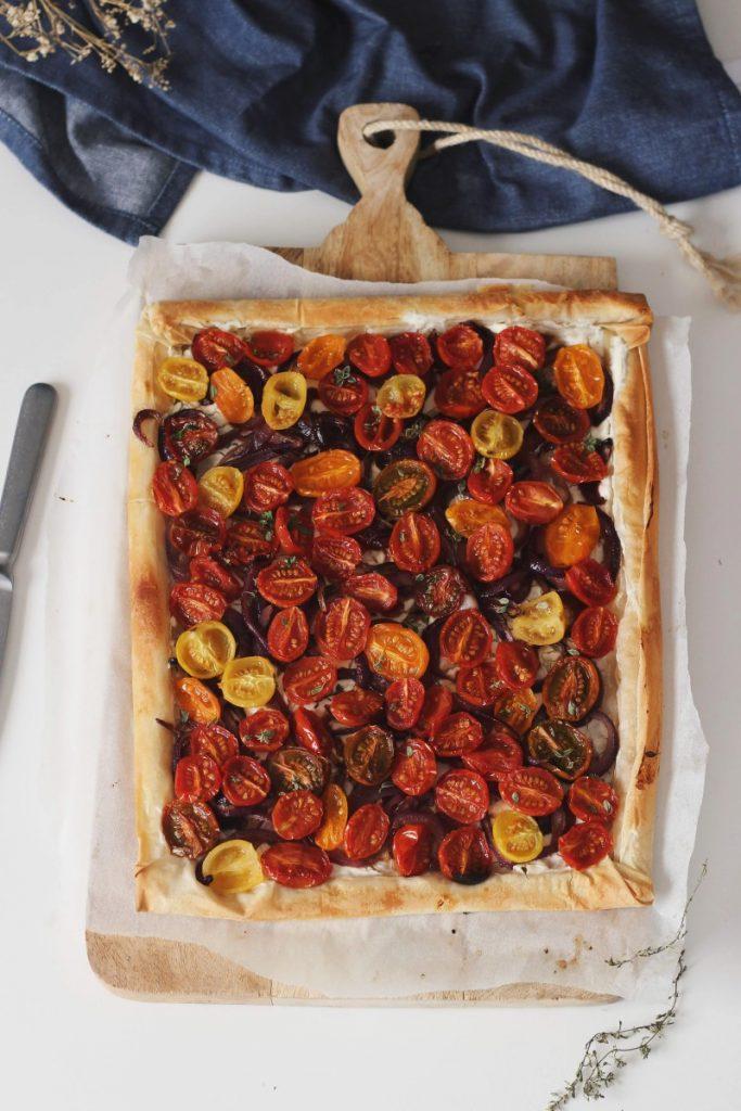 """Tarte de """"queijo"""" creme, cebola caramelizada e tomate cherry"""