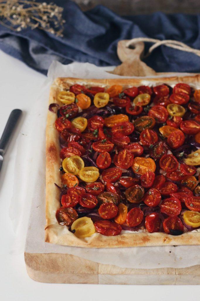 """Tarte(s) de """"queijo"""" creme, cebola caramelizada e tomate cherry"""