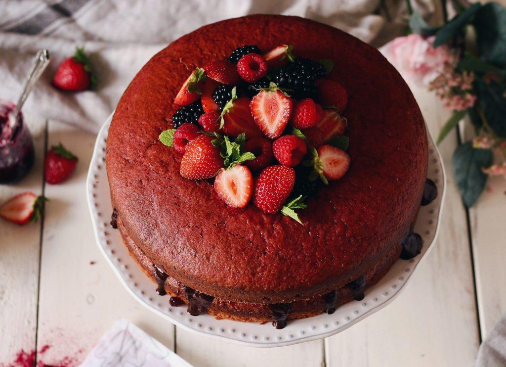 Bolo de beterraba com recheio de chocolate e doce de frutos vermelhos