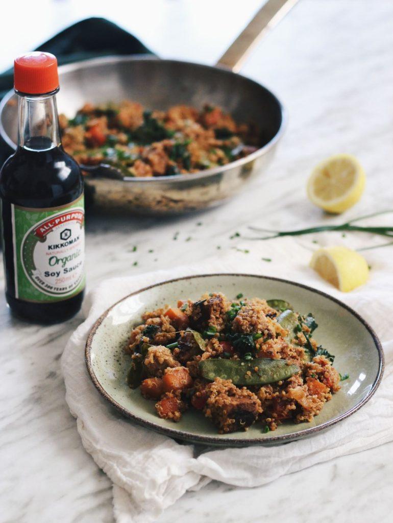 Tempeh com quinoa e vegetais salteados - vegan (molho de soja kikkoman)