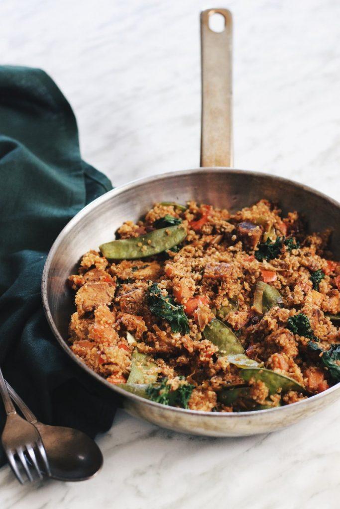 Tempeh com quinoa e vegetais salteados - vegan