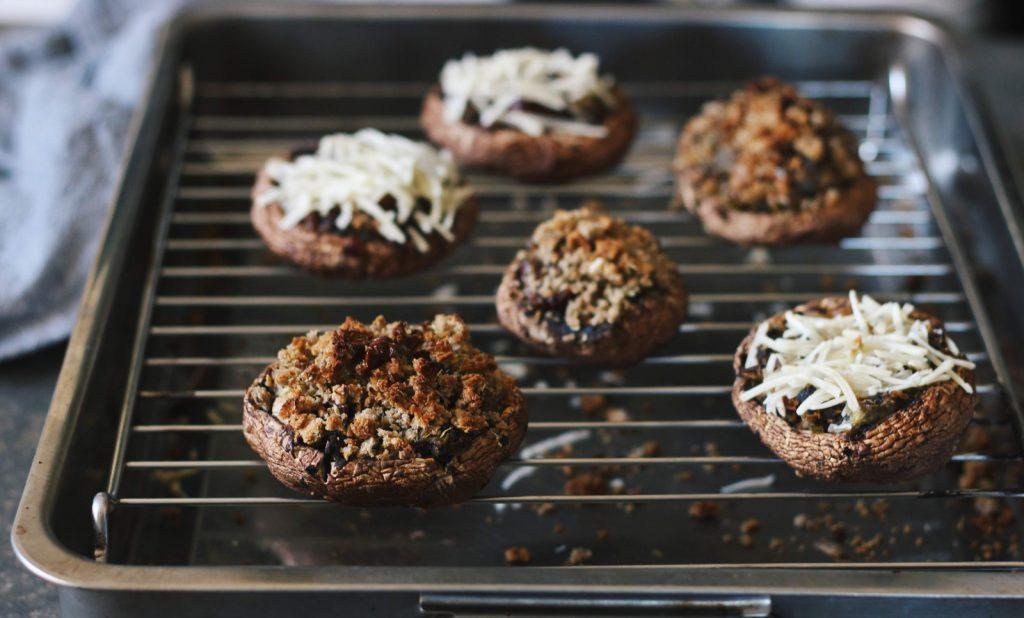 Cogumelos Portobello Recheados com lentilhas, alho-francês e tomate seco
