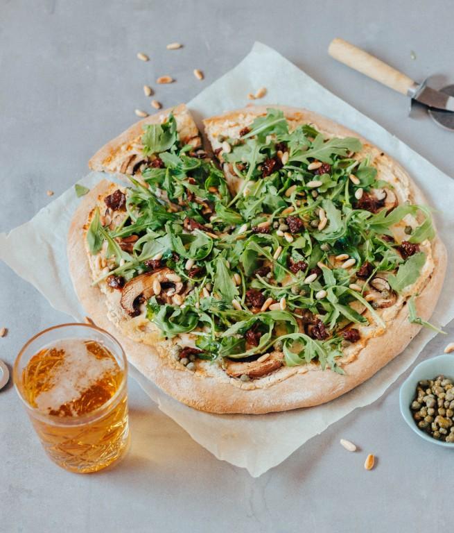 Pizza vegan com cogumelos, rúcula e feijão branco