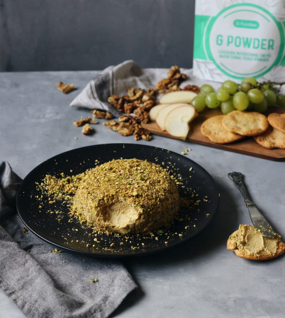 Queijo vegan de ervas aromáticas e pistáchios