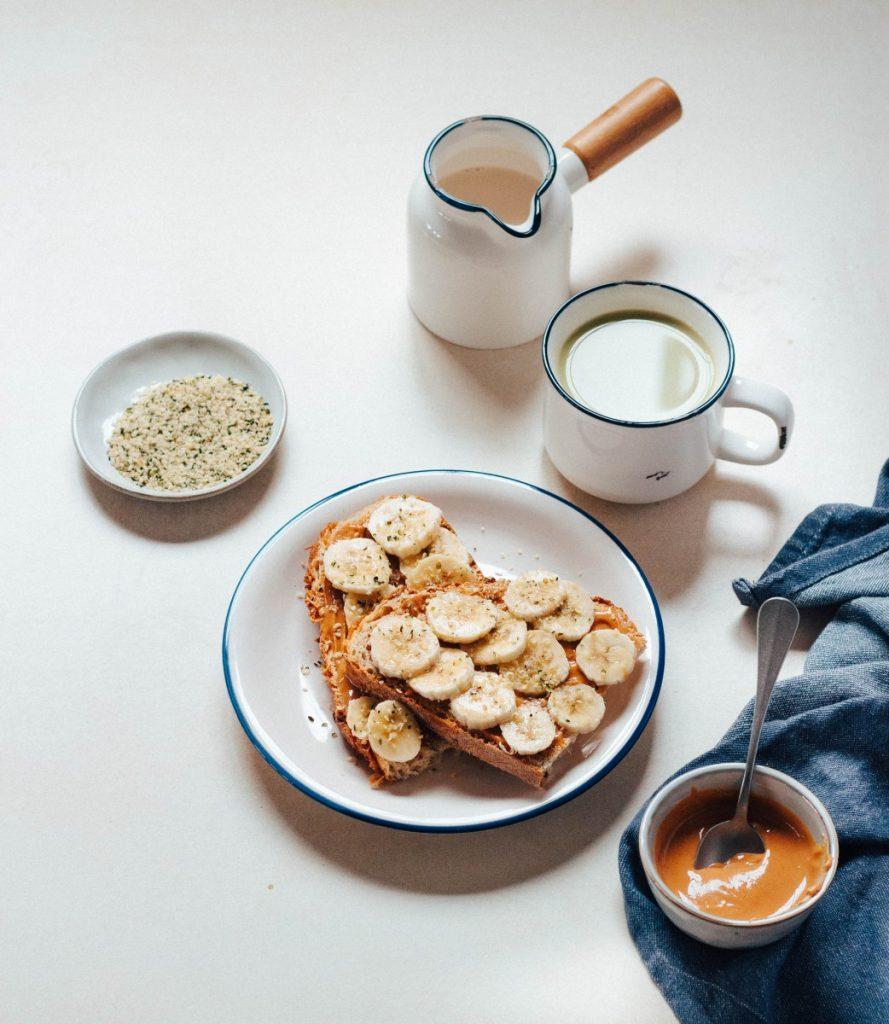 O que eu como num dia #04 (vegan) - matcha + pão com banana e manteiga de amendoim