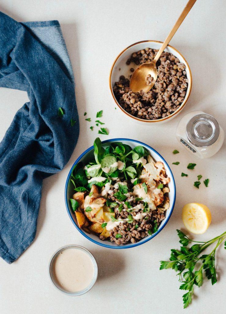 Bowl com lentilhas + batatas e couve-flor assadas no forno