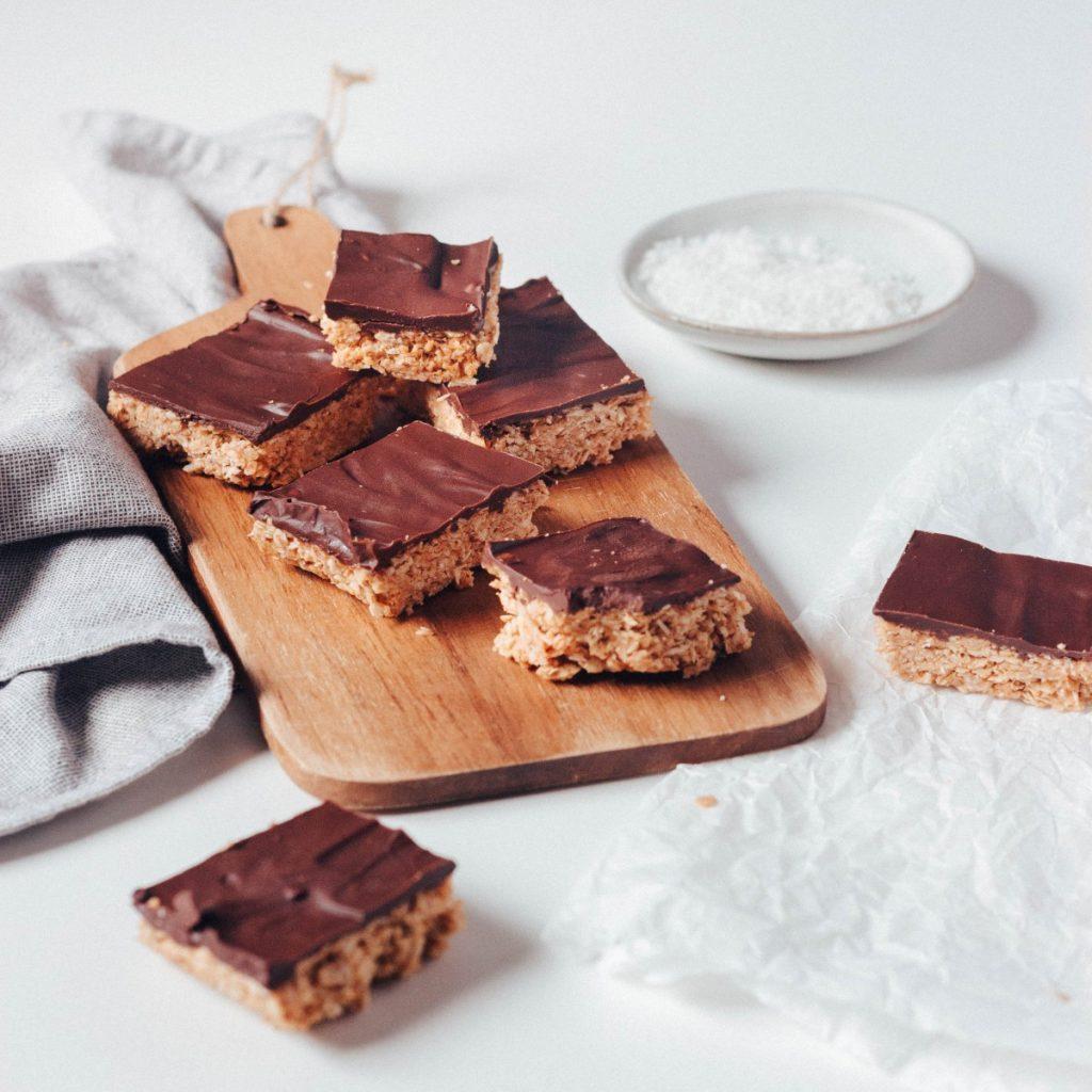 Quadradinhos de aveia e coco com chocolate
