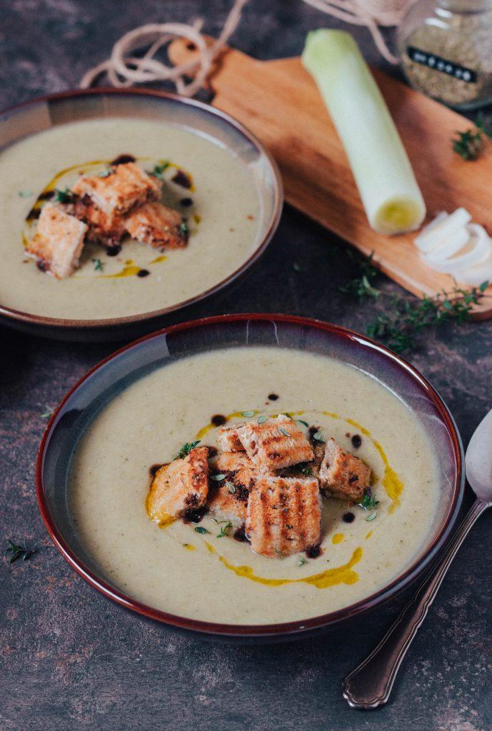 Sopa de alho francês e cogumelos